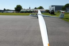 Segelflug_Nimbus-am-Start-Asphaltpiste-16