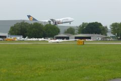 Segelflug_Twin-auf-Asphalt-gelandet-mit-747-im-Hintergrund